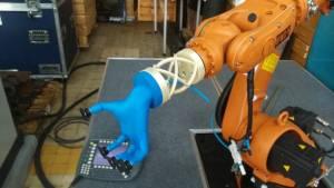 Połączenie humanoidalnego chwytaka pneumatycznego z ramieniem robota, wykonane z materiału ULTEM 9085 (fot. PIAP)