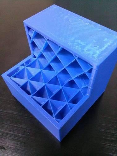 Prostopadłościan z materiału ABS-M30 z zaprojektowaną w systemie CAD geometrią wewnętrzną, wytworzony na maszynie FORTUS 400 mc (fot. PIAP)