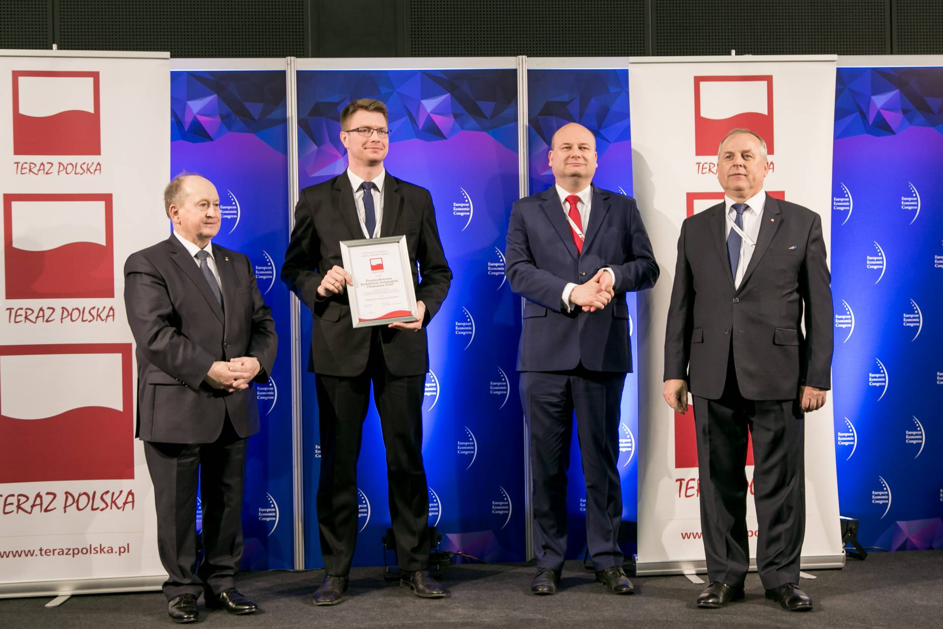 IX Kongres Gospodarczy w Katowicach: nagroda TERAZ POLSKA dla Instytutu PIAP za robota PIAP FENIX. Nagrodę odebrał Maciej Cader (drugi z lewej).