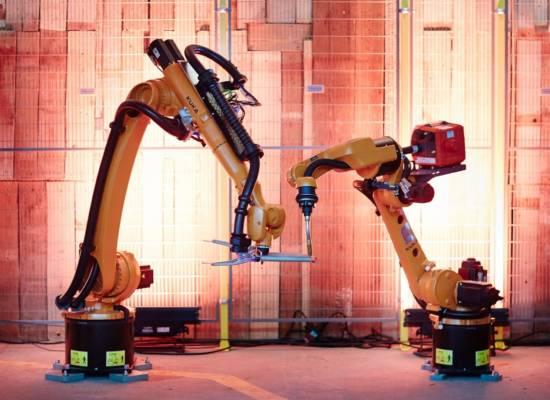 Dwa-roboty-przemysłowe-KUKA