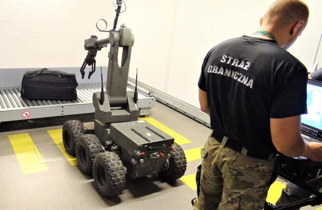 Robot-IBIS-PIAP-sprawdza-bagaz-na-lotnisku-2