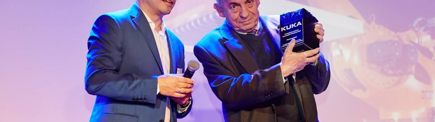 Stanisław Kaczanowski odbiera z rąk Tomasza Nowaka nagrodę Honorowego Tytana dla PIAP