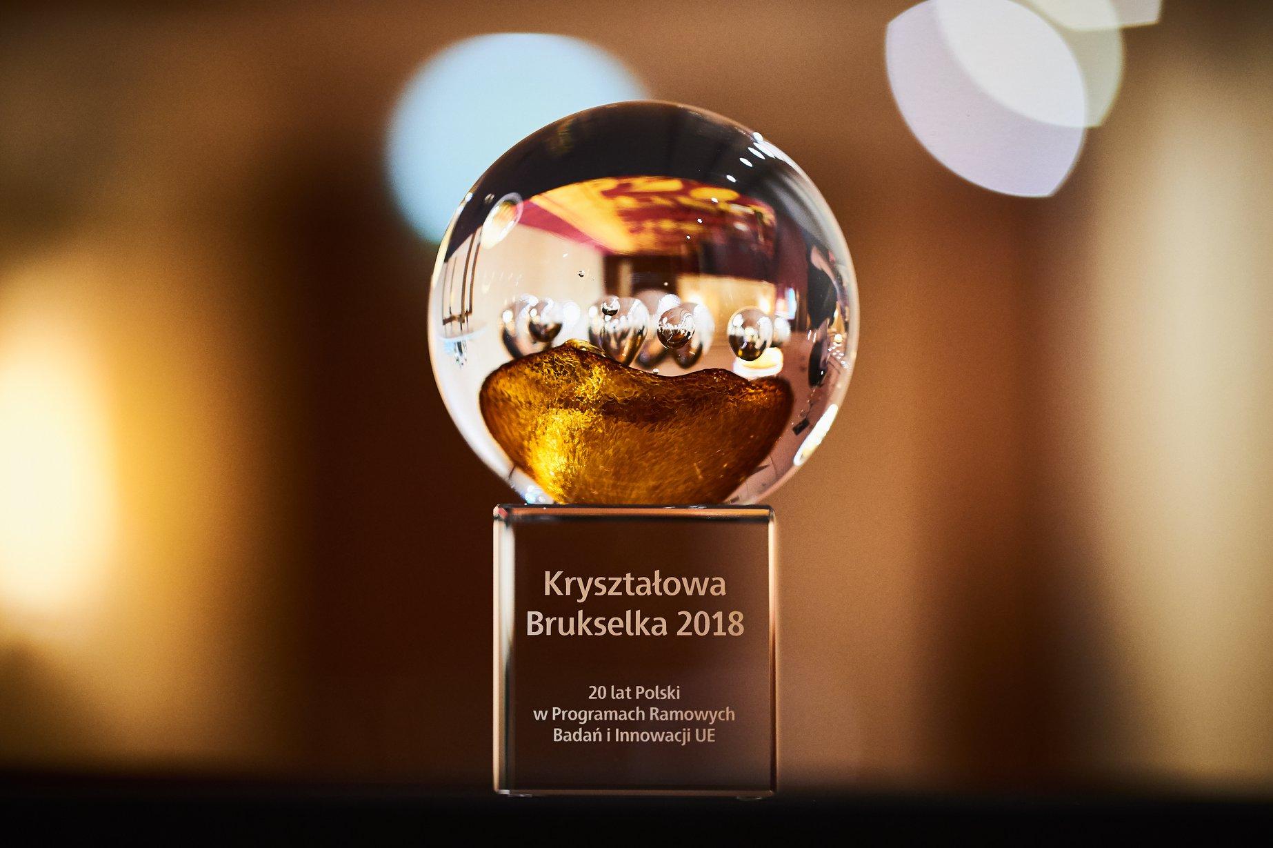 KrysztalowaBrukselka2018-Statuetka-zrodlo-KPK-foto-RobertGraff