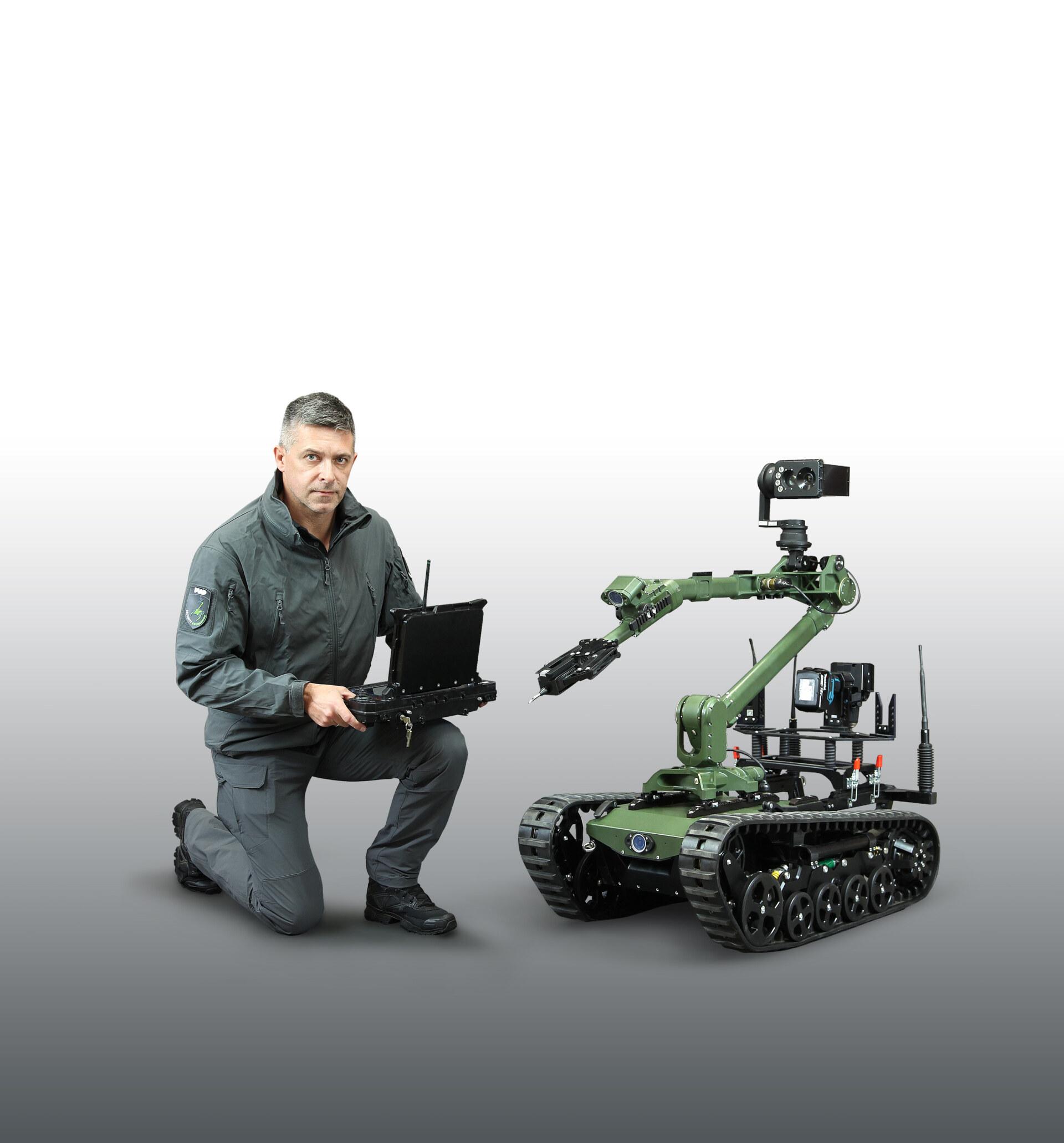 Łukasiewicz-PIAP-Robot RPP-z-operatorem-szare-tlo(2)